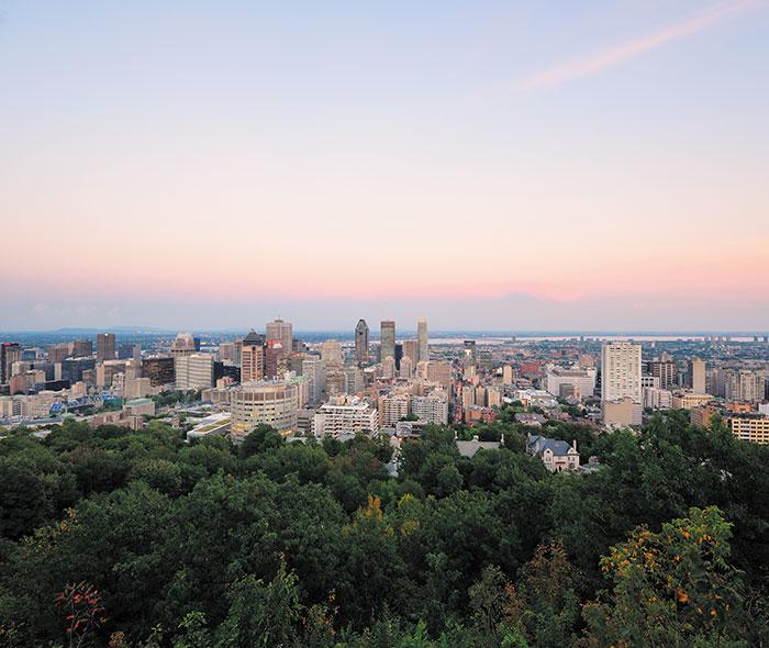 Vue aérienne du centre-ville de Montréal où sont situé les lofts à vendre de 1 Square Phillips